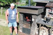 Karel Žák z Krnova kromě grilování také rád udí. Klobásky si připravuje a koření sám. Udí i bůček a žebírka. Podle něj je základem správný výběr dřeva. Ideální je dřevo peckovin prokládané bukem. Musí být bez kůry, aby uzeniny neměly hořkou chuť.