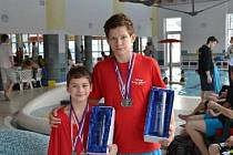 Bruntálské plavecké naděje Roman Procházka (vpravo) a Michael Dendis.