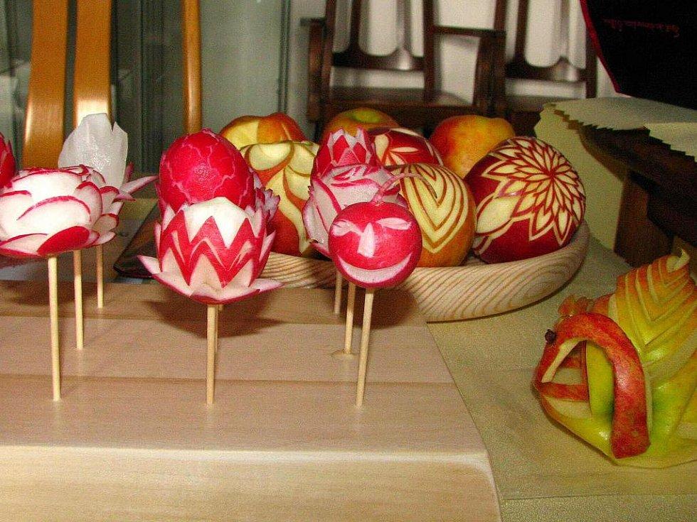 Velikonoční jarmark je na linhartovském zámku již tradicí. Letošní pátý ročník konaný v sobotu 9. dubna obstál i přes nepřízeň počasí.