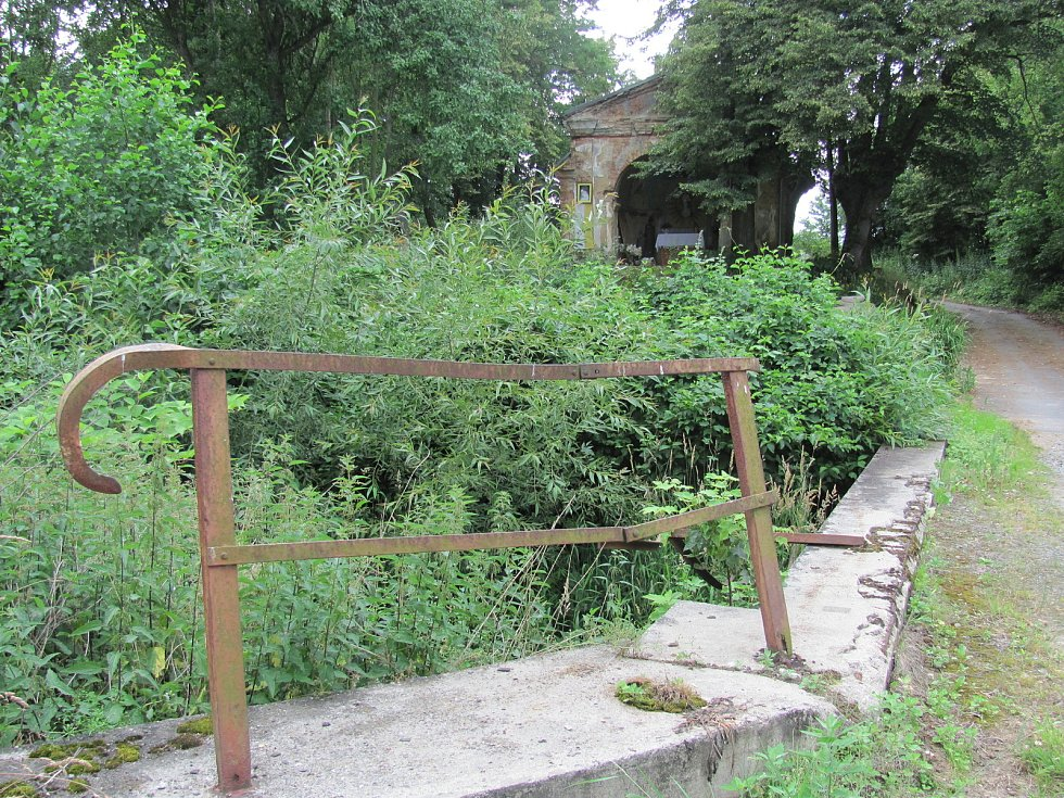 Pelhřimovská kaple která leží na českém území asi třicet metrů od hraniční řeky. Archivní fotografie ukazují, jak kaple před uzavřením hranic sloužila Čechům i Polákům.