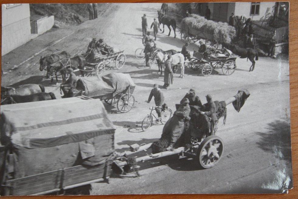 Rýmařov 1945 ukazuje německou armádu v posledních dnech války trochu jinak, než jak ji známe z propagandistických filmů. Základem její mobility jsou spíš koňské povozy a cyklistika než bojová vozidla.