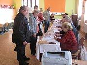 Parlamentní volby v Krnově v okrscích na gymnáziu.