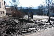 Obyvatelé staré části Břidličné se mohou těšit z nové kanalizace. Kvůli výstavbě si sice pořádně užili bláta, po vybudování přípojek k jednotlivým domům získají nové chodníky, trávníky i posezení.