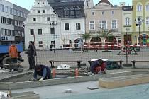 Přes sedmdesát let čekali obyvatelé Bruntálu na vodní prvek na náměstí Míru v Bruntále. A letos se dočkají. Hotovo má být při oslavách Dnů města v červnu, kdy má z fontánky začít prýštit první voda.