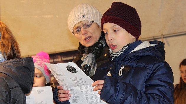 Na náměstí Míru v Bruntále zpívaly koledy děti ze Základní školy Okružní.