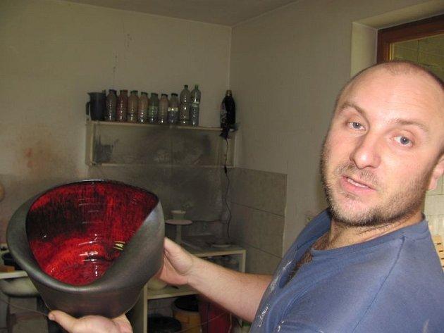 Keramik Karel Dufek si vypracoval nezaměnitelný autorský rukopis. Zakládá si na tom, že hrníčky zjeho pece každý pozná na první pohled.
