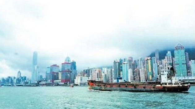 Hong Kong je rušné město, ale kdo má dost městského života, může se vydat na procházku džunglí přímo nad městem nebo vyjet na některý z klidných blízkých ostrovů.
