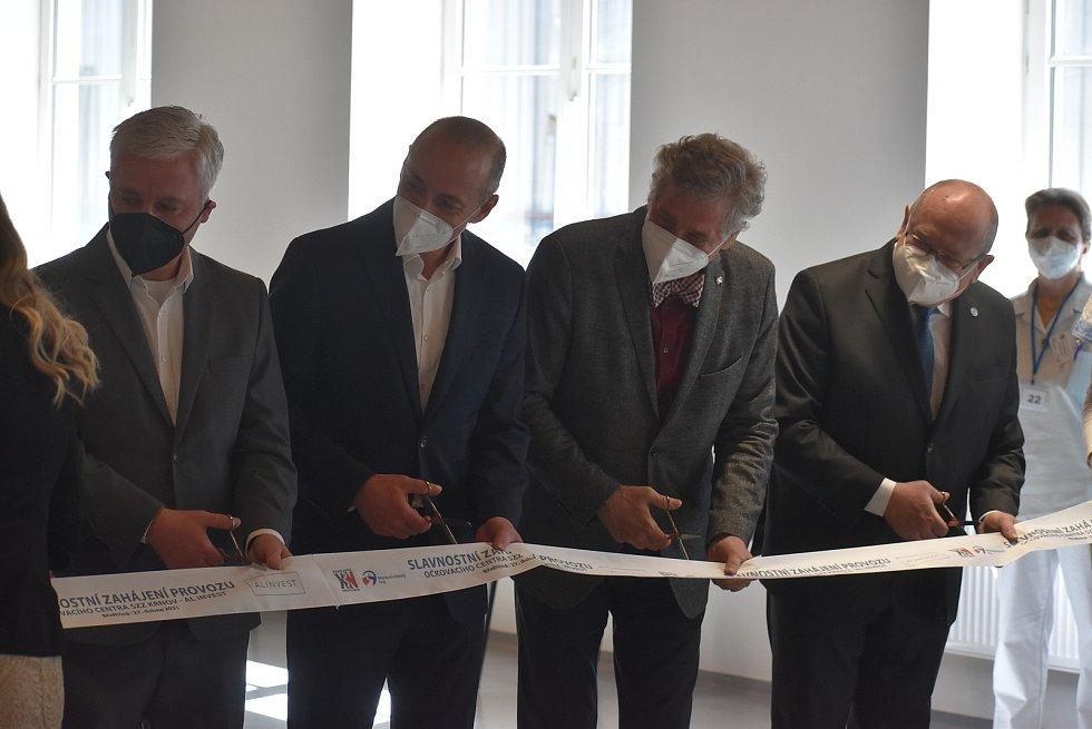 Nové očkovací centrum v průmyslovém areálu AL INVESTU Břidličná je ukázkou dobré spolupráce kraje, nemocnice a soukromého sektoru. Jako první se zde nechal naočkovat starosta Břidličné, který už má sedmdesátku za sebou.