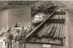 Dobový snímek z roku 1978, na kterém jsou zachyceni celníci při odbavování nákladu v  přístavu Bohumín.