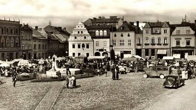 KAŽDÉ MĚSTO mělo své náměstí, kde se konaly trhy. Bruntál nebyl výjimkou, o čemž svědčí německý název Marktplatz (dnešní náměstí Míru).