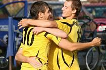 Tomáš Domiter (vlevo) a jeho tandemový kolega z útoku Martin Krpec (vpravo) slaví vstřelenou branku.
