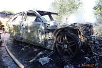 Požár zachvátil celý vůz, naštěstí nebyl nikdo zraněn.