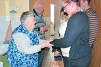 Dobrovolníci mohou svou návštěvou potěšit seniory, pacienty nebo rodiny s postiženými dětmi.