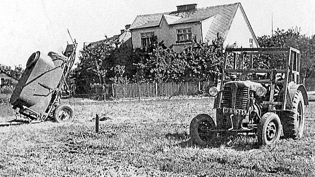 Sílu výbuchu ukazuje to, jak daleko odmrštila fekální cisternu od traktoru.