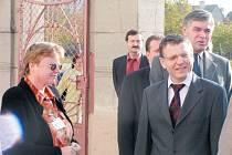 Foto z roku 2004, na které se při návštěvě krnovské nemocnice potkali hlavní aktéři aktuální kauzy. Vpravo je Jaroslav Palas (ČSSD), za jeho ramenem Jakub Horáček (ČSSD), vzadu Ladislav Sekanina (KSČM). Vlevo stojí budoucí starostka Alena Krušinová.