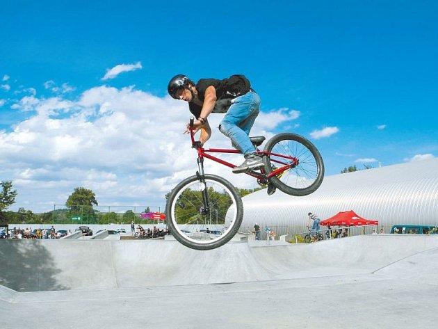 Soutěž Wheel Jam byla první velkou celostátní akcí v novém krnovském skate/bike parku. Ukázala divákům a začátečníkům, jaké náročné triky zvládnou na krnovských překážkách zkušení borci.