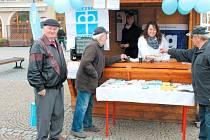 Obyvatelé města si ve středu vyslechli od pracovnic Slezské diakonie v Bruntále, kterak mohou pomoct potřebným. U toho pili čaj a jedli pomazánku, vyrobenou jejími klienty.
