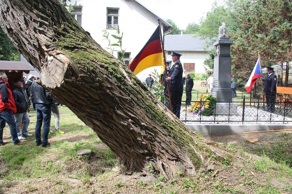 Byl to dojemný okamžik, když se v roce 2018 Češi a Němci setkali v Dívčím Hradě u památníků padlých. Společně oslavili konec první světové války před sto lety.