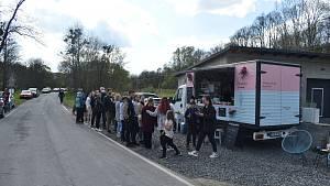 Lidé přijíždí do Lichnova vystát frontu na zmrzlinu Tess Gemelové. Květen 2021.