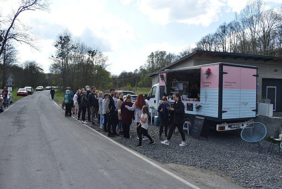 Lidé přijíždí do Lichnova vystát frontu na zmrzlinu Tess Gemelové. Tatérka a výtvarnice se kvůli lockdownu rekvalifikovala na zmrzlinářku. Květen 2021.