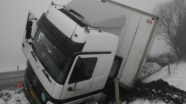 Nehoda s kamionem vyústila ve zranění dvou lidí.