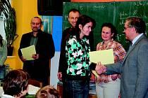 ALEXANDRA REPKOVÁ z kvarty přebírá cenu Dr. Langschura za své úspěchy v celostátních i mezinárodních výtvarných soutěžích.