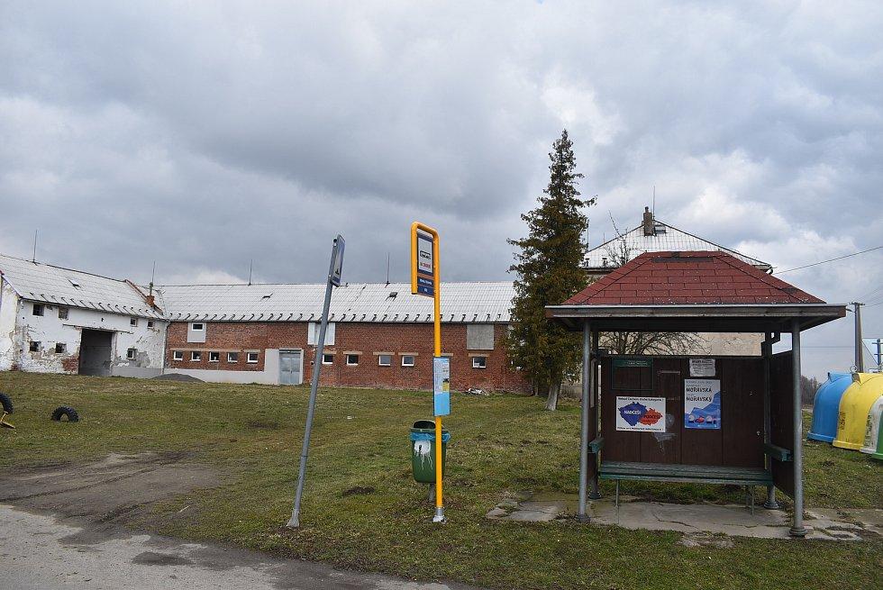 Hlinka na Osoblažsku, končící zima, březen 2021. Obci se podařilo definitivně uzavřít restituce, díky tomu se zde otevírají nové příležitosti.