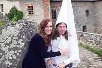 Kostým Bílé paní ze Sovince se nelíbí jenom ženám. Víkendoví návštěvníci hradu mohou na Bílou paní o víkendu klidně osobně narazit.