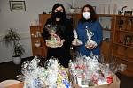Krásné perníčky vyráběly děti zjanovické školky a Dětského centra Pampeliška. Od Jany Velčovské (vpravo) je osobně převzala náměstkyně SZZ Krnov Šárka Tavandzi