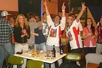 Fandilo se i v Kofole! Finálovému zápasu ruské sborné s Českou republikou přihlížely v krnovské Kofole desítky diváků. Po vítězství 2:1 pak fanoušci neskrývali svou radost.