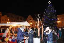 Vánoční strom na náměstí Míru v Bruntále i vánoční výzdoba po celém městě se poprvé rozzářily v pátek 27. listopadu vpodvečer.
