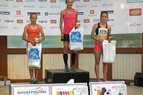 Barbora Šestáková na stupních vítězů (vpravo). Bruntálská běžkyně vystoupila po úspěšném závodě Mituno Run Tour v Ostravě na bronzový stupínek.