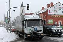 Křižovatka v Bruntále. Veškerá doprava v Bruntále vede přes město, obchvat by vyvedl dopravu, zejména tu kamionovou, mimo střed města.