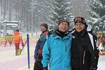 Zdeněk Mitáš (vlevo) z lyžařského areálu Klobouk v Karlově pod Pradědem s lyžařem Milanem Včelišem z Rýmařova. Klobouk je černou sjezdovkou.