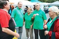 Karel Michalus, šéf Spolku Přátelé Vrbenska při organizaci Dlouhé noci v Ludvíkově s kolegy Františkem, Vlastou, Mirkem a Dášou (zleva).
