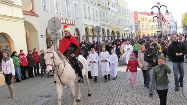 Krnované každoročně provází svatého Martina od svatomartinského kostela k radnici, kde už na něj čekají žebrák a starostka.