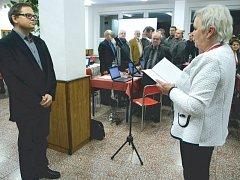 Novým krnovským zastupitelem za KDU-ČSL se stal diabetolog Tomáš Edelsberger, jako náhradník převzal mandát po svém předchůdci Vítězslavu Maláčovi. Na snímku Edelsberger skládá slib do rukou místostarostky Renaty Ramazanové.