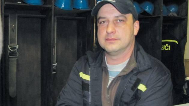 Tomáš Lapka pochází z Benešova nad Lípou. Když před 19 lety začaly katastrofální povodně, byl do Holčovic jako voják dočasně převelen. Nakonec zde zůstal navždy. Díky povodním našel v Holčovicích skvělou manželku, se kterou má dvě děti.