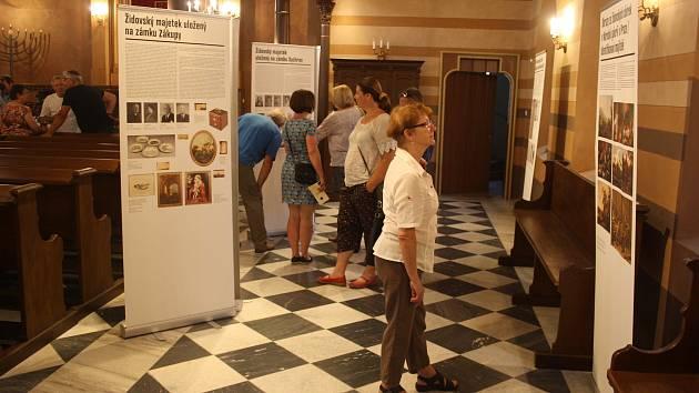 Bývalá starostka Renata Ramazanová na vernisáži v krnovské synagoze představila výstavu Uloupené umění.