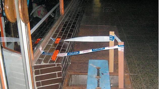 Pravděpodobně ve sběrných surovinách skončil kovový rošt, který neznámý pachatel ukradl z chodníku na ulici Jesenická. Chodci si mohli díky jeho bezohlednosti zlomit nohu.