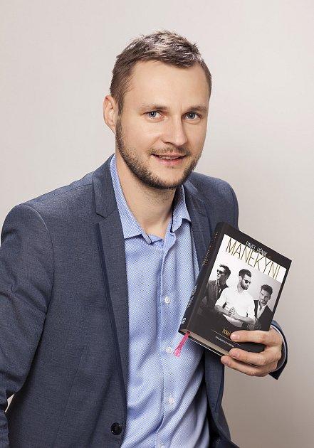 Pavlu Hénikovi zKrnova právě vyšla kniha Manekýni.