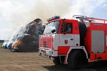 Sláma hořela v sobotu po poledni v Karlově u Bohušova. Plameny šlehaly vysoko, hasičům nepomohlo ani rozebírání stohu.