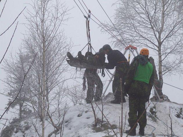 Při jedné z disciplín armádního víceboje Winter Survival 2009, jenž byly součástí dvoudenního maratónu, museli závodníci pomocí lanového systému transportovat raněného.