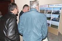 Projednat problém větrných elektráren přijeli i lidé z okolních obcí, včetně představitelů sousední Břidličné nebo Lomnice.