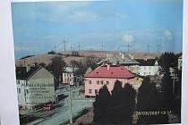 Studie podoby větrných elektráren v Ryžovišti, vystavená při veřejném zasedání. Dnes se již neuvažuje o výstavbě souvislé řady sloupů po celém horizontu obce.