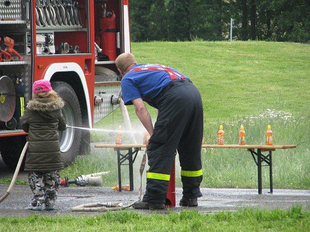 Krnovští hasiči připravili v rámci Bambiriády různé soutěže pro děti.
