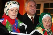 Chorvatský premiér Ivo Sanader (uprostřed) v roce 2008 odhalil v Jevišovce základní desku Chorvatského domu. Bude muzeem tradic původního chorvatského obyvatelstva. Chorvaté, kteří od roku 1948 žijí po republice, se do Jevišovky na hody chystali 5.  žáří.