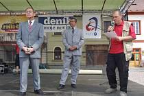 Na otázky novinářů i veřejnosti odpovídal starosta Bruntálu František Struška (vlevo).