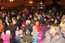 Nálada na náměstí Míru v Bruntále byla ve středu v podvečer přesně taková, jaká při zpívání koled má být. Milá, příjemná, sváteční. Zpívání koled přineslo lidem radost.
