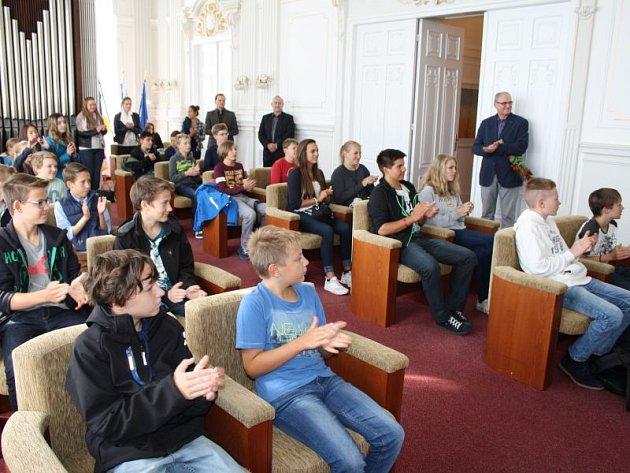 V obřadní síni radnice přijala hosty z Augustiniánského gymnázia z německého Friedbergu také starostka Krnova Jana Koukolová Petrová a místostarosta Jan Krkoška.